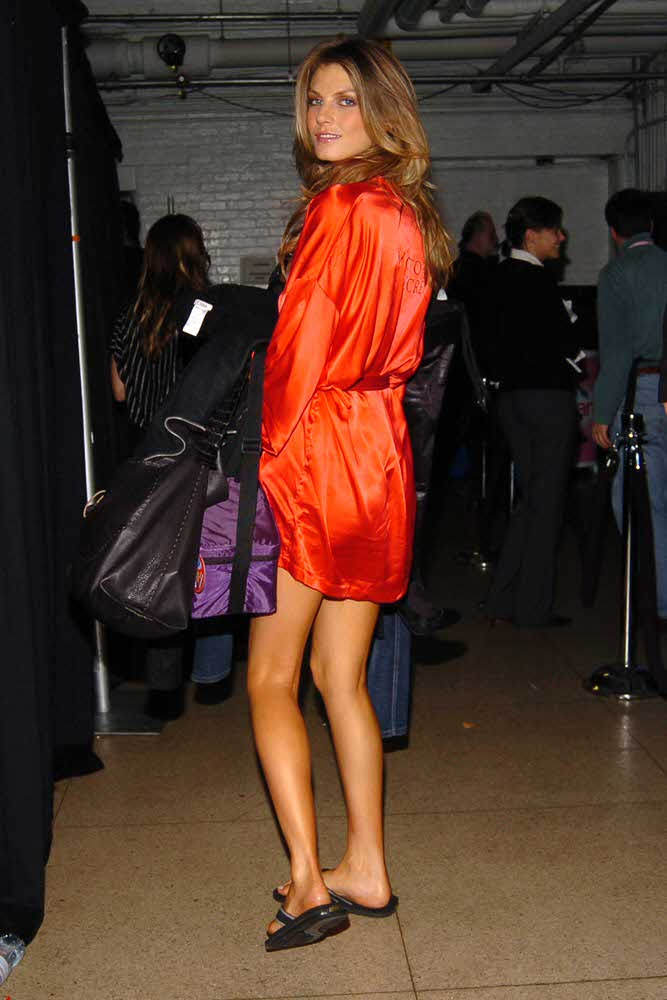 Angela Lindvall – Backstage – Victoria's Secret Fashion Show 2005 [x 9]