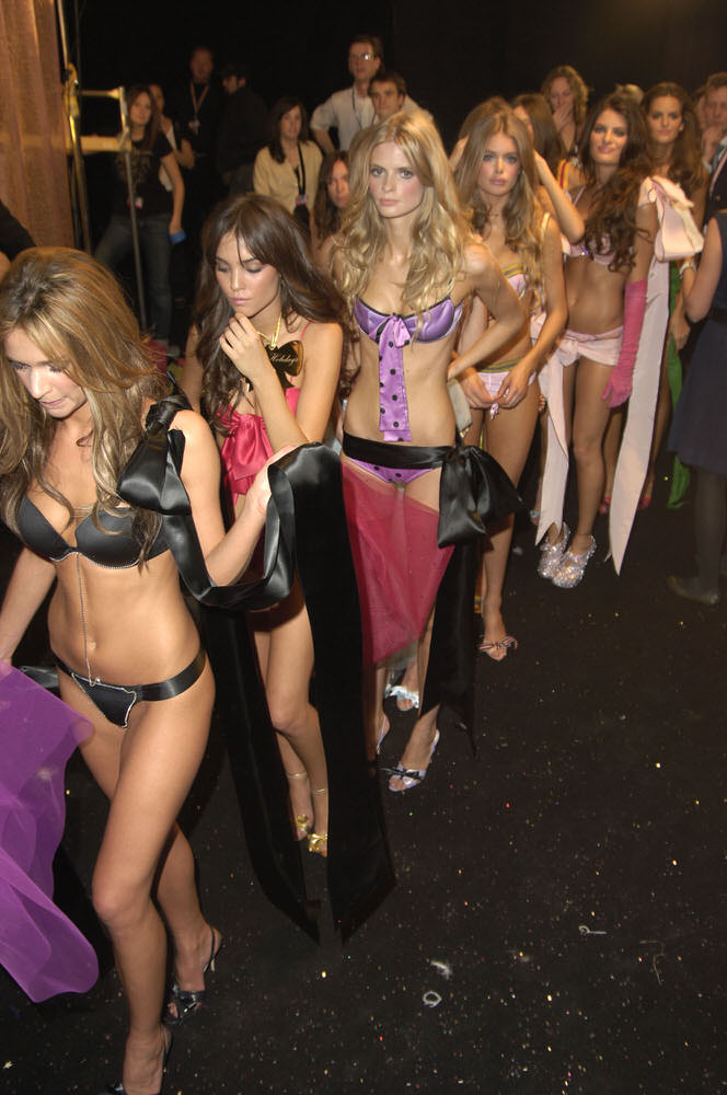 Angels – Backstage – Victoria's Secret Fashion Show 2005 [x 182]