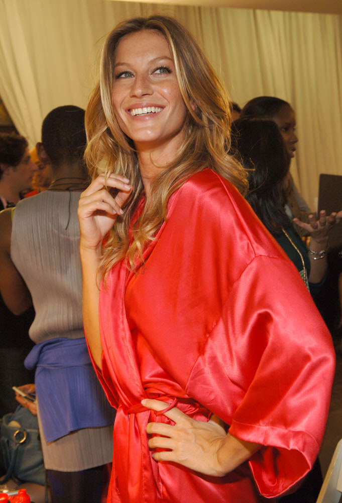 Gisele Bundchen – Backstage – Victoria's Secret Fashion Show 2005 [x 122]