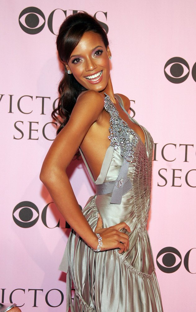 Selita Ebanks – Pink Carpet – Victoria's Secret Fashion Show 2006 [x 23]