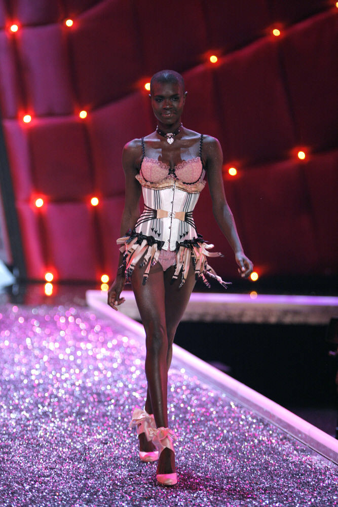 Ajuma Nasanyana – 2 Coquettish Fetish – Victoria's Secret Fashion Show 2006 [x 13]