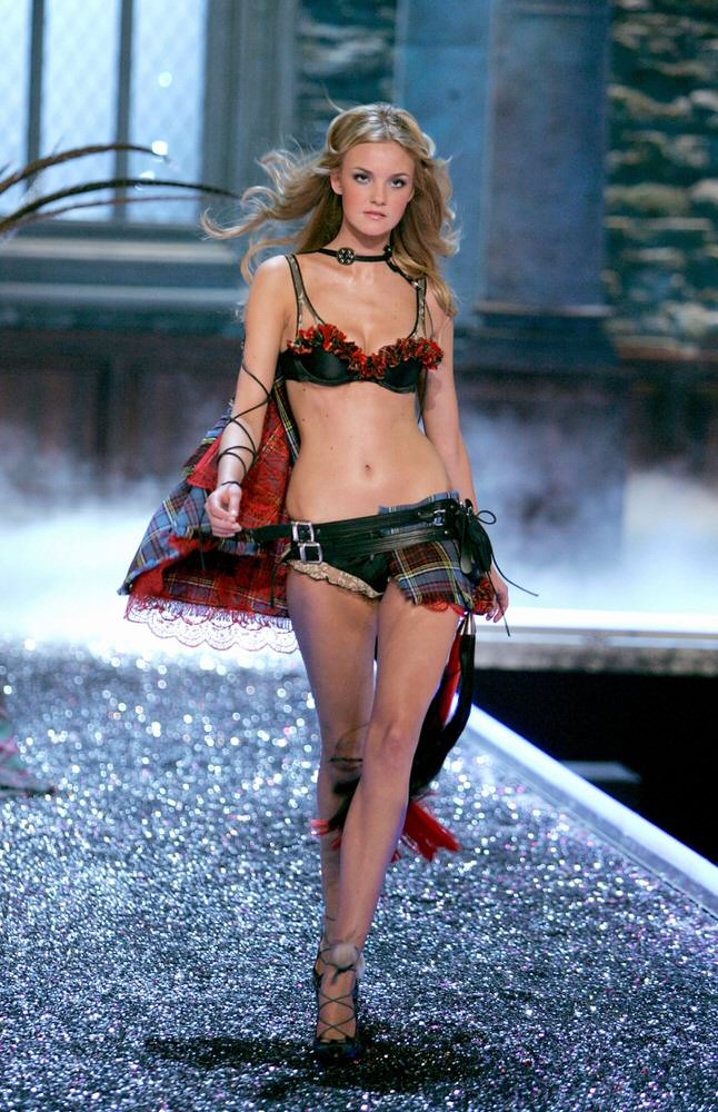 Caroline Trentini – 5 Highland Romance – Victoria's Secret Fashion Show 2006 [x 19]