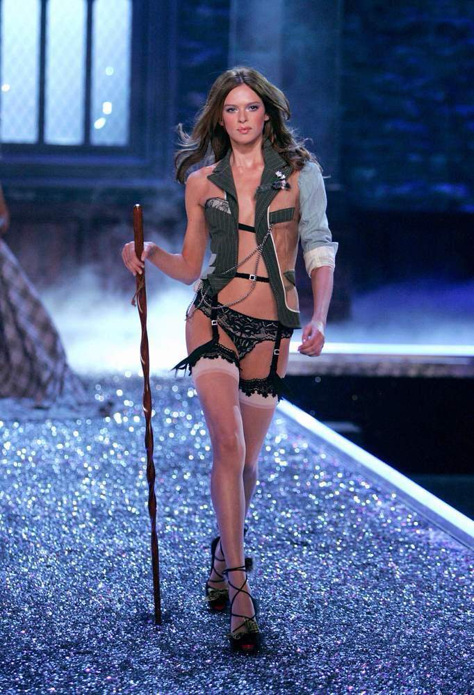 Elise Crombez – 5 Highland Romance – Victoria's Secret Fashion Show 2006 [x 19]