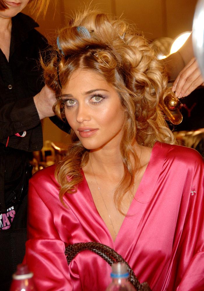 Ana Beatriz Barros – Backstage – Victoria's Secret Fashion Show 2006 [x 21]