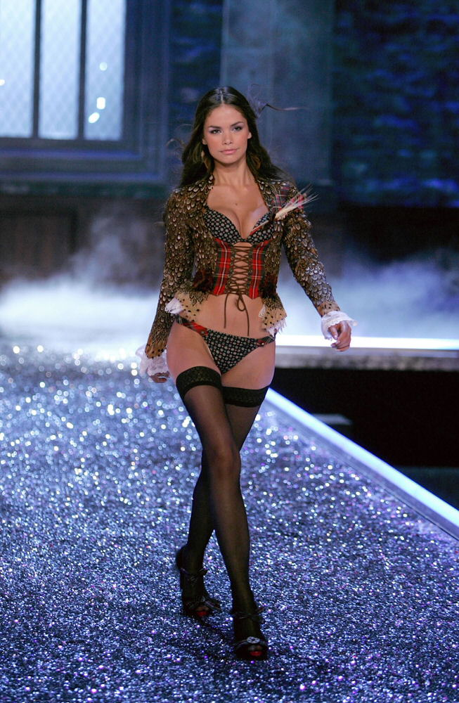 Katja Shchekina – 5 Highland Romance – Victoria's Secret Fashion Show 2006 [x 13]