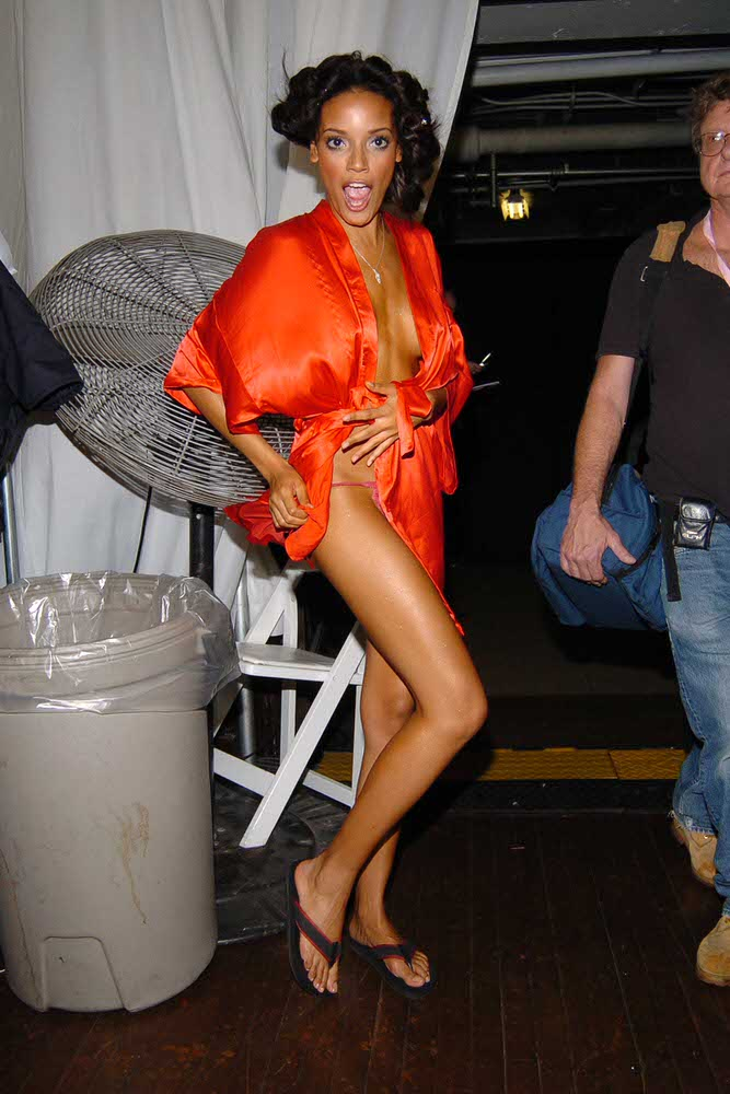 Selita Ebanks – Backstage – Victoria's Secret Fashion Show 2006 [x 8]
