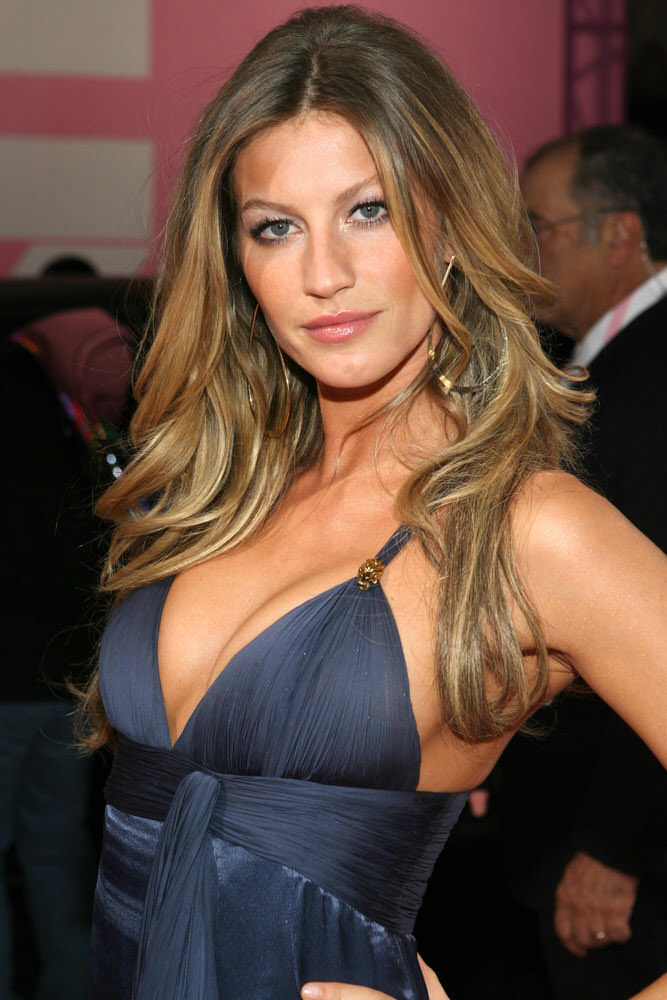 Gisele Bundchen – Pink Carpet – Victoria's Secret Fashion Show 2006 [x 81]