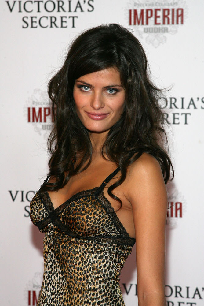 Isabeli Fontana – After Party – Victoria's Secret Fashion Show 2007 [x 2]
