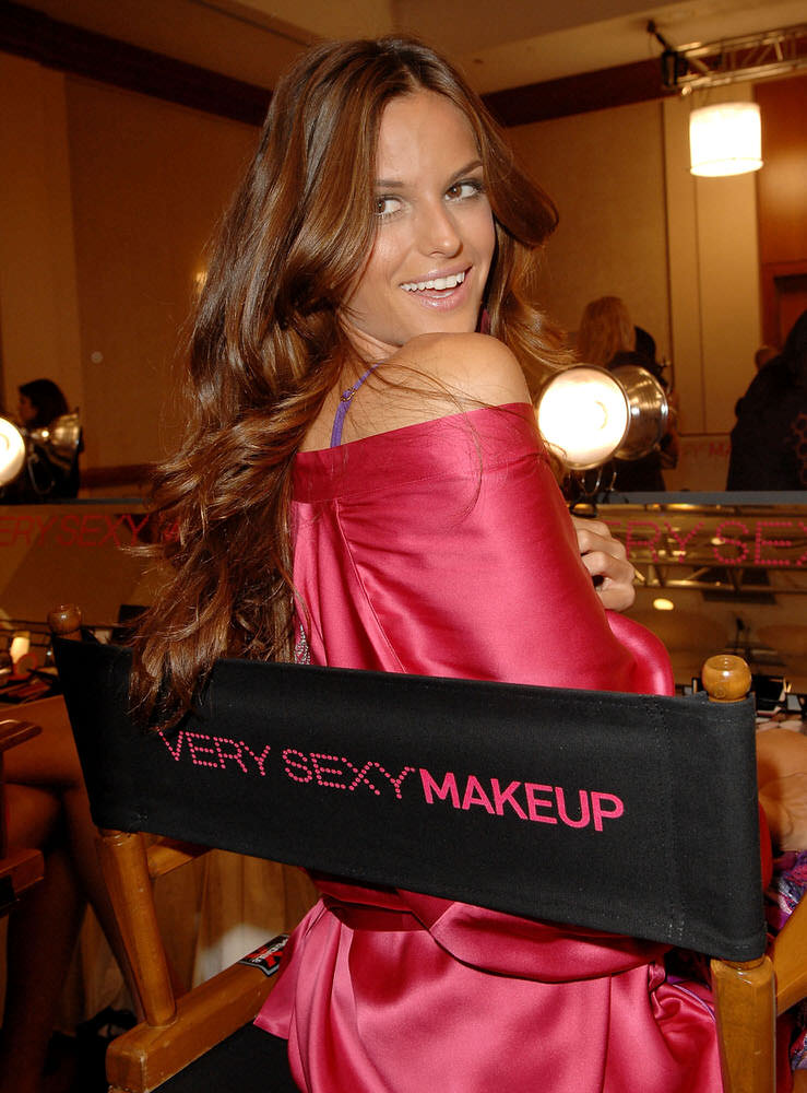Izabel Goulart – Backstage – Victoria's Secret Fashion Show 2007 [x 52]