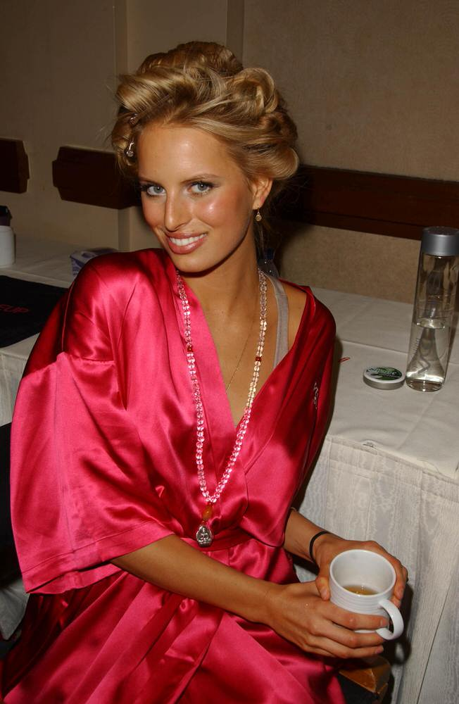 Karolina Kurkova – Backstage – Victoria's Secret Fashion Show 2007 [x 70]