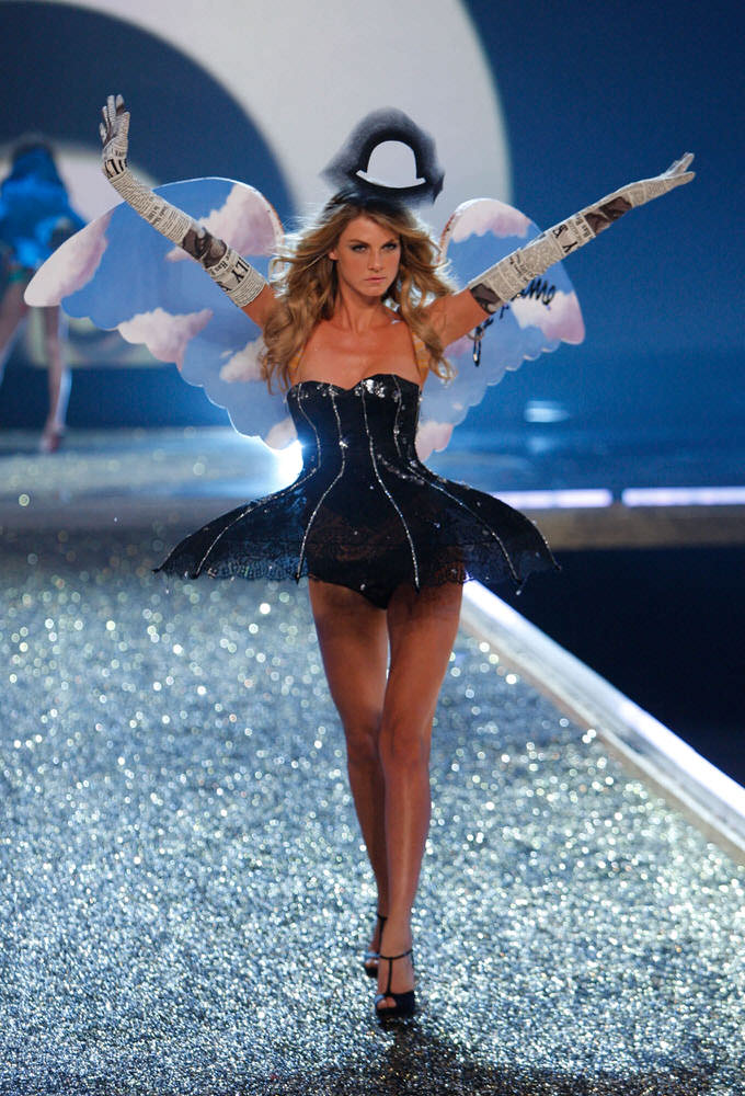 Angela Lindvall – 5 Sureally Sexy – Victoria's Secret Fashion Show 2007 [x 21]