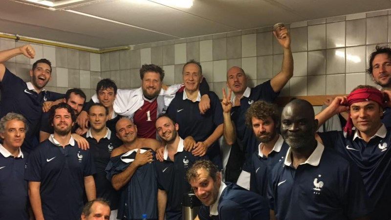 Ed international : la preuve en image, le verre à la main (Source : équipe de France de Football des Écrivains)