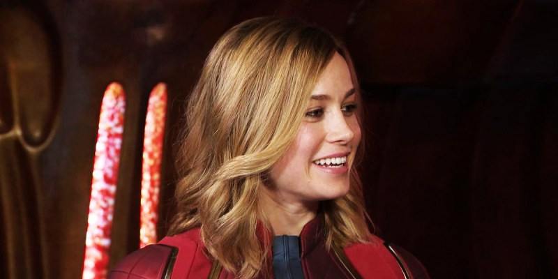 Brie Larson dans le costume de Captain Marvel, en interview pour Entertainment Tonight