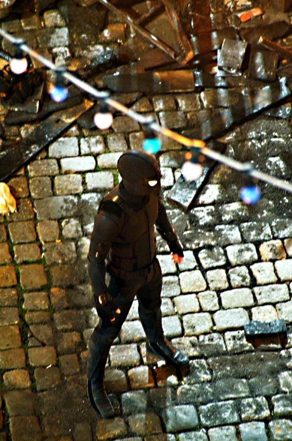 Spider-Man: Far From Home : le costume sombre dévoilé sur le tournage en République Tchèque