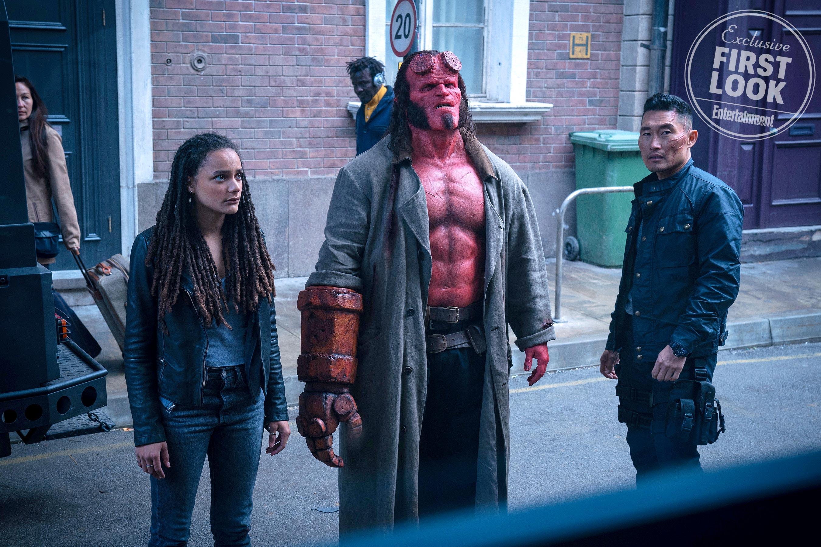 Hellboy (David Harbour), Alice Monaghan (Sasha Lane) et Ben Dalmio (Daniel Dae Kim)