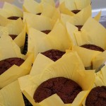 Muffins de chocolate negro con pepitas de chocolate blanco