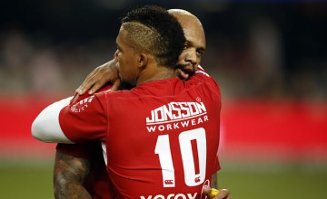 Elton Jantjies congratulates Lionel Mapoe on a try