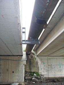 Il tubo che corre vicino ai nuovi ponti si noti come curva verso mare e fuori dal tracciato della vecchia ferrovia