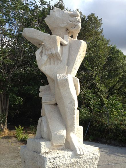 F La statua di Orfeo quando era in via Martiri del Turchino a Pra'