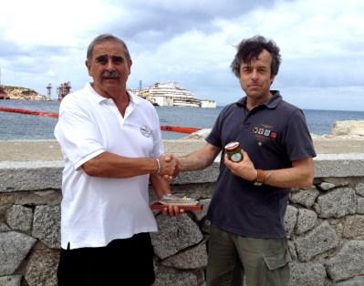 Da sinistra Giovanni Andolfi del Giglio e Guido Barbazza di Pra' sullo sfondo la costa Concordia
