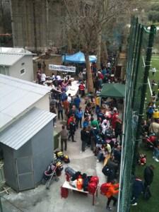 Folla di atleti dirigenti e genitori presso gli spogliatoi del rinnovato campo sportivo