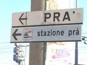 Indicazioni stradali all'uscita del casello autostradale di Pra'