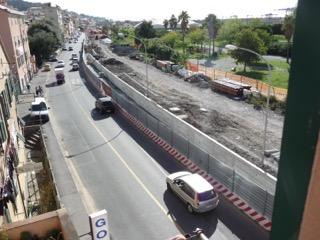 Il muro in costruzione in zona Sestiere Sapello