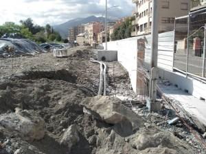 Il nuovo muro in costruzione nel lotto di ponente