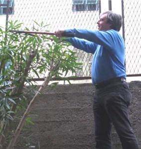 3 Alfredo cura il verde delle scuole di Pra'