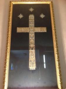 2 La maestosa croce della Mater Dei