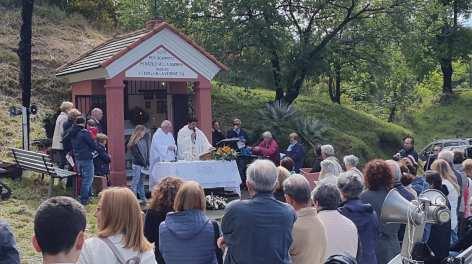 Padre Giuseppe concelebra la Messa.