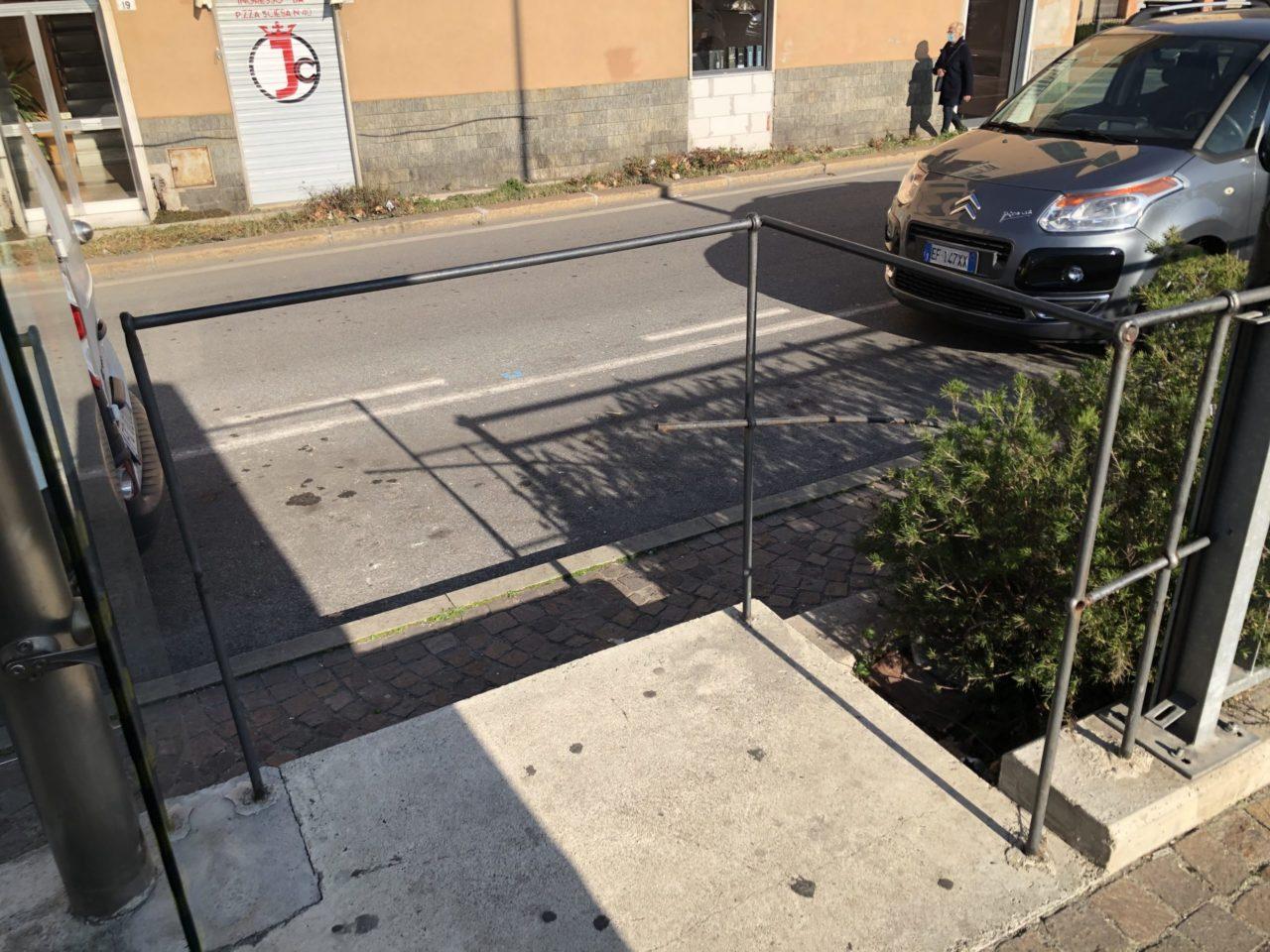 Ringhiera danneggiata fermata AMT via Pra' di fronte a piazza Sciesa direzione Ponente