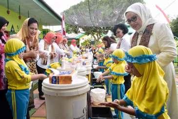 Ibu Negara Bertanam Hidroponik bersama Anak-Anak PAUD