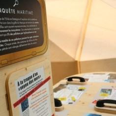 """Exposition de l'association Surfrider Foundation Europe """" Face à l'océan"""" module de sensibilisation composées de panneaux informatifs et modules multimédias interactifs, permettent au public de se confronter aux problématiques littorales, de comprendre les impacts des pollutions et de cerner les possibilités pour les combattre."""