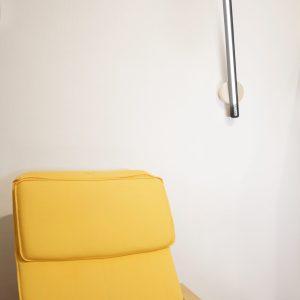 Lampe applique LED allumée frêne bois brûle
