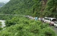 पहिरोले नारायणगढ मुग्लिन सडक अवरुद्ध