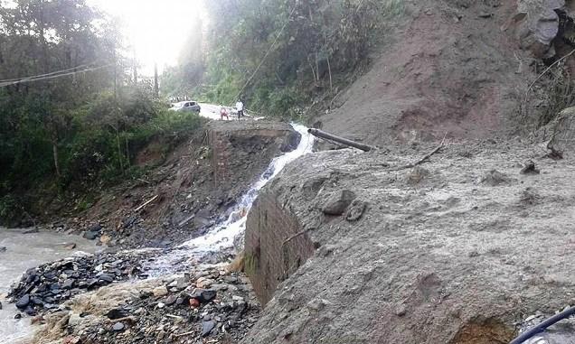 अविरल वर्षाका कारण हिजो राति पहिरो जाँदा राजमार्ग अवरुद्ध