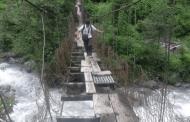 जीर्ण पुलमा जोखिमपूर्ण यात्रा