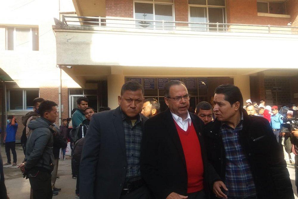 पूर्वप्रधानमन्त्री खनाल प्रधानमन्त्री ओलीलाई भेट्न अस्पतालमा