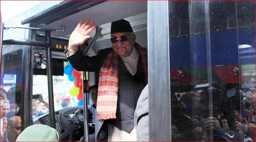 नेपालमै पहिलो पटक बिजुली  बस: पुल्चोकबाट चढेर प्रधानमन्त्री ओली सिंहदरबार झरे