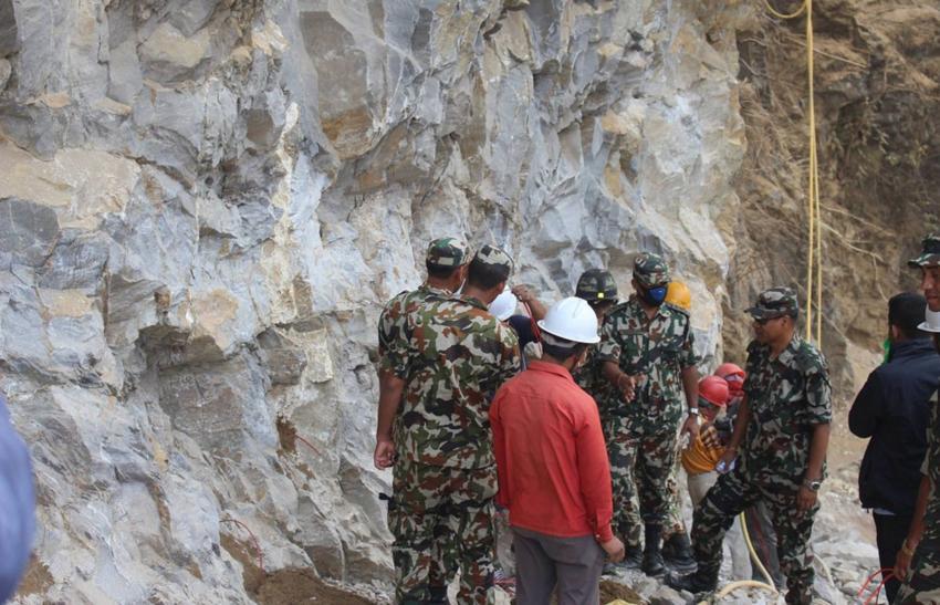 पुल निर्माणका लागि चट्टान फोर्दै सेना