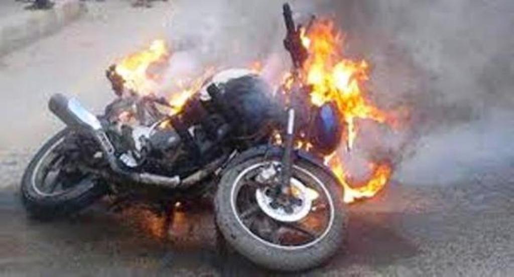 छ मोटरसाइकलमा आगजनी