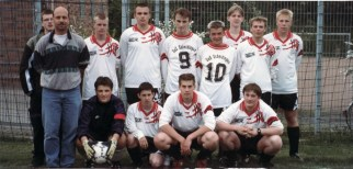 B-Jugend 1998 O.v.l.: Christoph Kleinmann; Harald Willmann; Christian Metzner; Matthias Zey; Edi Osmanzevic; Maik Büsser; Benedikt Wellie; Tobias Raschke; Stefan Franke; U.v.l.: Gerald Schröder; Martin Hennemann; Christian Berhorst; Roman Winz