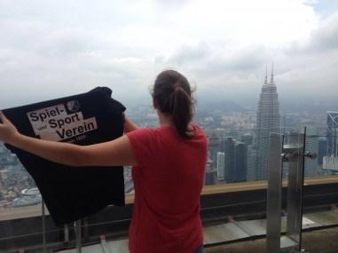 Anja Britten in Malaysia Kuala Lumpur auf dem Menara Kuala Lumpur in 421 Metern Höhe am 07.09.16. Der Menara ist der siebt höchste Fernsehturm er Welt und erlaubt einen Blick auf die Petronas Towers.