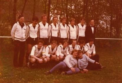 Vor 35 Jahren wurde die 1. Mannschaft Meister der C-Kreisliga. Hinten v.l. Jürgen Kerstin, Ulli Hugo, Ulli Lindenberg, Norbert Rogge, Ulli Beier, Franz-Josef Foschepoth, Thomas Vickermann, Obmann Alois Fehr. Hockend v.l. Klaus Reuther, Dieter Lutter, Martin Schlücking, Heinz-Josef Schürhoff, Burkhard Lange, Franz-Josef Wulf. Unten v.l. Die Torhüter Hagen Debat und Jupp Neveling.