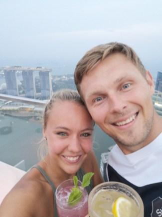 Carina und Peter Pyka in Sigapur rooftop-bar 1 Altitude mit Blick auf das Marina Sands Bay im Hintergrund am 17.08.2018