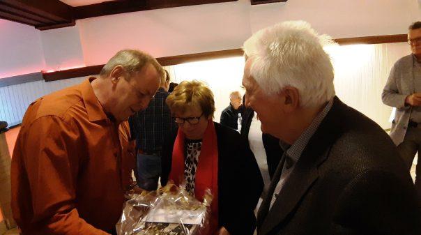 Franz-Josef Berz überreicht das Geschenk des SuS
