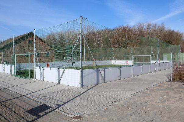 Der Soccerplatz, auf dem sich sonst die Kinder austoben konnten, fristet ebenfalls ein trostloses Dasein.