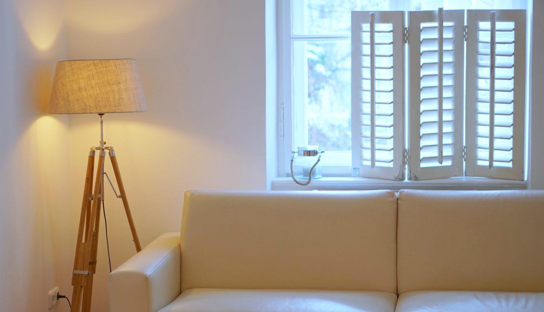 Wohnpsychologie Sofa mit Stehlampe, warmes Licht