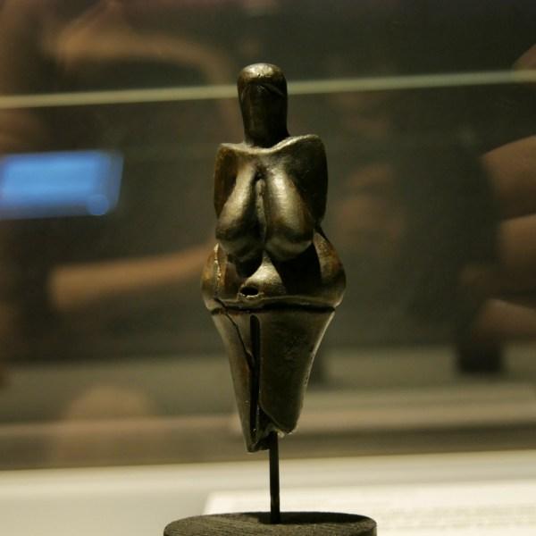 Gilt als älteste gebrannte Keramikfigur der Welt: Dame in schwarz (28.000 Jahre alt)